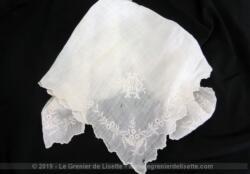 Ancien mouchoir de mariée réalisé à la main dans une fine batiste décoré de belles broderies avec les monogrammes MO.
