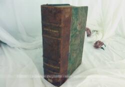 Voici un imposant et ancien livre à la reliure en cuir des Oeuvres Completes d'Alfred de Musset sur plus de 1000 pages et daté de 1932.
