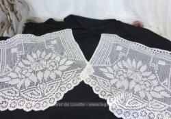 Ancienne petite paire de rideaux au crochet fait main en fil de coton de 54 x 54 au centre et 52 x 43 aux extrémités.