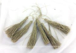 Lot de 6 anciens pompons de 8 cm de long réalisés en fil de coton de lin et jamais utilisés.