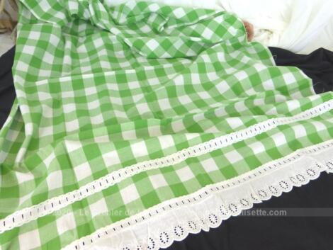 Fait main et pièce unique, voici un petit rideau vichy vert et dentelle de 88 x 109 cm .
