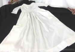 Authentique et ancienne robe longue de baptême tout en beau coton épais à raies réalisée à la main avec d'adorables petits plis religieuse et toute ouverte au dos.