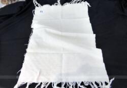 Voici une ancienne serviette blanche de 42 x 68 cm en nid d'abeille avec franges et brodée des monogrammes JL.