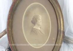 Ancien cadre ovale bois avec une photo en sépia d'un femme avec beaucoup de charme .
