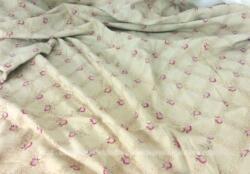 Sur 125 x 125 cm, voici un coupon carré en tissus cotonnade vintage doublé avec un galon de franges sur 3 cotés. Une couture centrale raccorde deux morceaux pour former le carré.