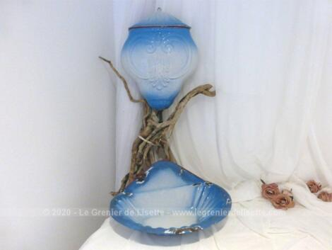 Voici un ancien ensemble émaillé en couleur dégradé du bleu ciel au blanc composé d'une fontaine et de sa vasque assortie.