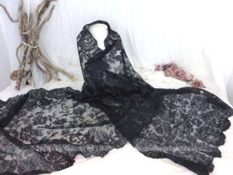Ancienne et longue étole rectangulaire de 65 x 215 cm en belle et délicate dentelle noire avec des dessins remplis de charme.