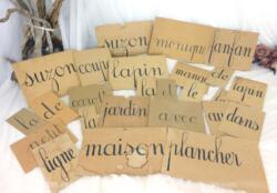 """Anciens mots panneaux lecture pour l'apprentissage avec des mots écrits sur des cartons de différentes tailles avec les mots """"le, la, au, dans, table, lapin, carotte, Suzon, Fanfan, Jacqueline, Monique, de, etc..."""". Pour une décoration et créations originales."""