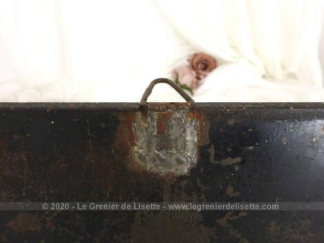 Datant du début des années 50, voici un ancien miroir carré de barbier de 27 x 27 x 1 cm au contour en métal avec son tain piqué pour une patine unique.