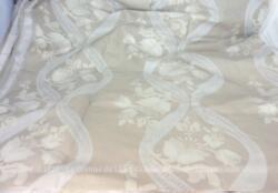 Coupon de tissus d'ameublement neuf de 210 x 390 cm, avec encore son apprêt, de couleur écrue et taupe pour beaucoup d'élégance et de charme. Le tissus est réversible. A vous de choisir le coté que vous voulez utiliser ou faire un mélange des deux pour une création originale !