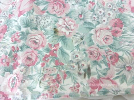 Sur 49 x 175, 49 x 120 et 49 x 130 cm, voici un trio de coupons en tissus d'ameublement satiné avec un motif à fleurs roses tendance shabby.