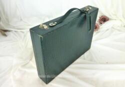 Ancienne petite mallette en carton verte avec des motifs de peau de crocodile. Elle mesure 31 x6 x 24 cm.