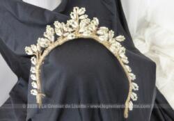 Ancien diadème de mariée composé de fleurs réalisées avec de fines perles couleur ivoire, le tout posé sur une base métallique habillée par un fin ruban. Milieu XX°.
