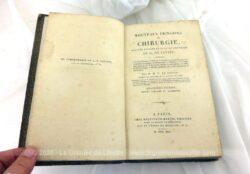 """Voici un livre broché ancien, du XIX°, daté de 1822 portant le titre de """" Nouveaux Principes de Chirurgie"""" sur 13 x 21 x 3 cm de 625 pages."""