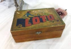 Sur 20 x 13 x 7.5 cm, voici un ancien coffret en bois vide de loto, décoré d'une image ancienne d'enfants jouant au loto.