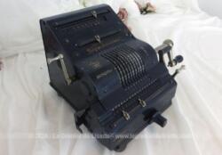 Ancienne machine à calculer de la marque allemande Brunsviga de 21 x 22 x 15 cm et 8.3 kg pour une décoration vraiment vintage et originale !