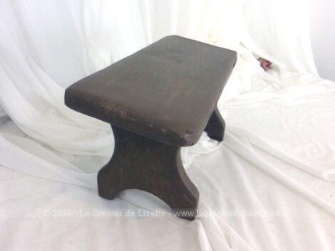 Voici un petit banc de prière entièrement fait à la main et patiné en taupe à la forme légèrement en diagonale pour s'agenouiller facilement et sans douleur.