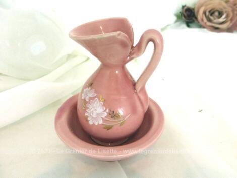 Mesurant 9 x 7 cm et réalisé en céramique et décorée en rose shabby, voici une adorable miniature, modèle d'une ancienne vasque et son broc.