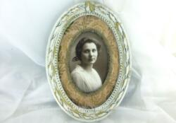 Superbe cadre ovale sans vitre de 17 x 12.5 x 1.5 cm en bois patiné shabby, avec magnifique portrait de femme et un passe partout en tissus broché pour la mettre en valeur. Pièce unique.
