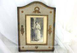 Ancien cadre 17 x 24 cm avec décors en laiton style Empire posés sur tissus avec photo d'une femme du XIX° en sépia .