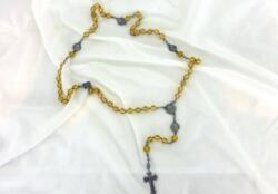 Voici un ancien chapelet aux perles de verre couleur jaune pastel avec croix et nombreuses médailles en métal argenté de haute qualité.
