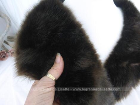 Ancien long col en fourrure épaisse de 90 cm de long sur 12.5 de haut réalisé par le fourreur espagnol Andrés Herzog à San Sebastian.