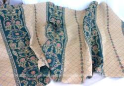 Coupon sur 66 x 160 cm de tissus épais d'ameublement aux motifs de grandes rayures habillées de volutes et arabesques sur fond vert. Motif élégant au charme désuet qui fait tendance en ce moment. A vos créations !
