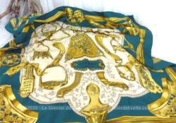 Voici un foulard vintage, de forme carrée de soie de 85 x 85, modèle Etriers, signature du dessin par F de La Perrière et boulottage de l'ourlet à la main. Superbe.