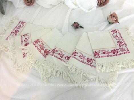 Lot de 6 petites serviettes à thé de 32 x 34 cm + 3 cm de franges sur tout le pourtour et décorées de broderies rouges.