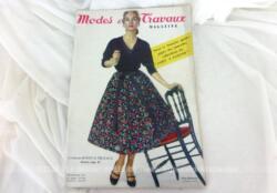 Voici la revue Modes et Travaux de février 1957 avec des dessins et photos de superbes robes et des explications avec mini patrons pour la réalisations de nombreux vêtements ... vintages !