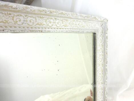 Voici un ancien miroir de 45 x 37 cm avec encadrement bien ouvragé en plâtre sur bois et recouvert d'une belle patine blanche.