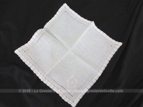 Mouchoir de mariée avec les monogrammes CT avec broderies et sa bordure entièrement habillée avec des jours de Venise.