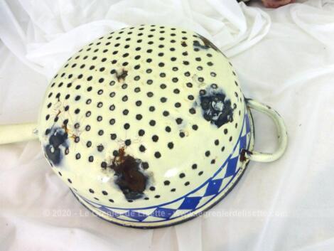Pour décoration, voici une ancienne passoire écumoire de couleur écrue émaillée émaillée de petits points bleutés et d'une grande frise de losanges bleus.