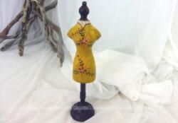 Petit mannequin en bois, sur pied façon piédestal, très décoratif avec un robe jaune à fleurs façon chinoise peinte sur le corps.