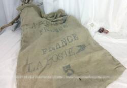 """Sac ancien en toile de lin avec l'inscription """"la Poste France"""" et le numéro 5 . Rembourrage sur tout le col plus un anneau en métal pour une fermeture officielle."""