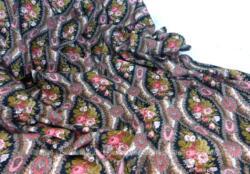 Voici un coupon de tissus en coton décoré de bouquet de fleurs et volutes roses sur fond noir de 125 x 150 cm au minimum plus en cadeau un petit morceau 30 x 125 cm.