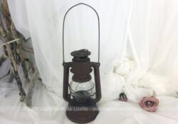 Voici une lampe à pétrole tempête, marque Meva modèle 864, made in Czechoslovakia avec une belle patine pour faire un bel objet de décoration totalement vintage.
