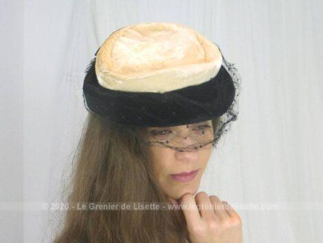 Voici un chapeau ancien, des années 50/60 composé d'un duo de velour, noir et beige et voilette.