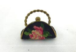 Ancienne mini broche en forme de sac à main de 2.5 de large sur 2 cm de haut avec la anse et 1 cm d'épaisseur décoré de broderies au point de croix.