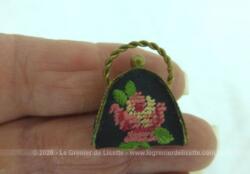 Ancienne mini broche en forme de minaudiere de 2.5 de large sur 2 cm de haut avec la anse et 1 cm d'épaisseur décorée de broderies au point de croix.