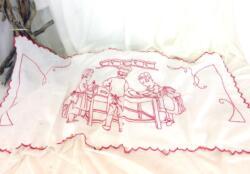 Voici un ancien rideau de 55 x 110 cm avec un dessin d'une scène de cuisine brodé au fil rouge.