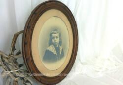 Datant du tout début du siècle dernier ou fin XIX°, voici dans un ancien cadre ovale en bois avec la photo d'un petit garçon blond avec un grand col en dentelle .