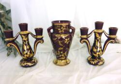 """Totalement assorti et datant des années 50, voici un paire de chandeliers et un vase en céramique grenat et or, numérotés et signés """"552 Camart Antibes"""", pour une décoration vintage"""