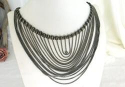 Superbe collier vintage tout en laiton couleur bronze composé de 17 rangs de longueurs décroissantes pour un effet plongeant.