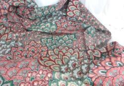Beau coupon de tissus d'ameublement de 120 x 235 cm en coton avec des dessins de feuilles en écaille avec une dominante en couleur de vert et bordeaux.