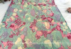 Petit coupon de 56 x 155 cm en tissus ameublement légèrement satiné et décoré par des dessins de fruits dans des tons pastels.