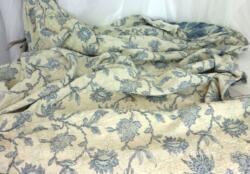Ancien rideau de 190 x 110 cm, voici un coupon de tissus ameublement épais, façon gaufré, sur fond blanc cassé avec des dessins de fleurs bleues, tendance très shabby.