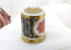 """Dé à coudre en porcelaine estampillé """"Royal English Fine Bone China"""" (porcelaine fine à l'os) décoré de belles dorures et de deux rosaces couleur saumon. Très élégant."""