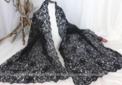 Ancienne et large étole rectangulaire de 52 x 160 cm en belle et délicate dentelle noire avec des dessins remplis de charme.