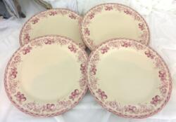 Voici un lot de quatre grandes assiettes plates en porcelaine décorées d'une frise de fruits de 27 cm de diamètre . Très tendance shabby !